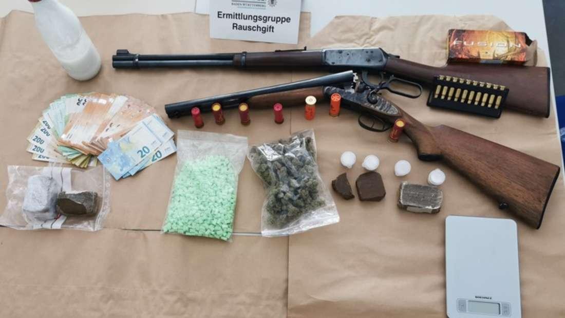 Die Polizei Mannheim stellt Drogen, Geld und Waffen sicher.