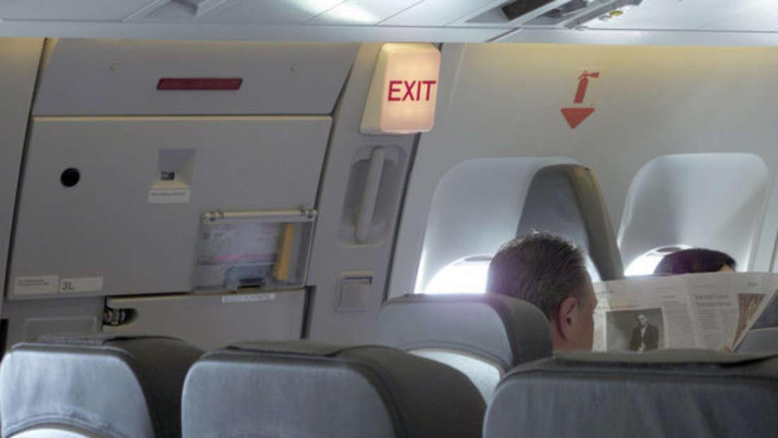 Im Flugzeug schlafen ist eine Kunst für sich. Was sich jetzt aber ein Paar ausgedacht hat, sorgt bei anderen für Entsetzen. (Symbolbild)