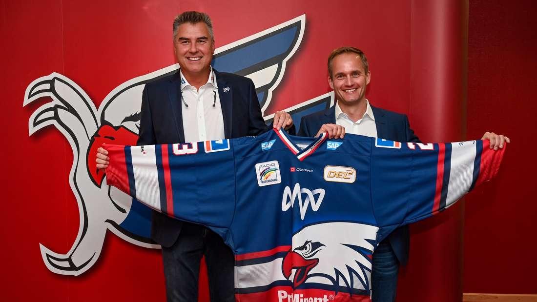 Adler Geschaeftsfuehrer Matthais Binder mit Matthias Schoener, Leiter Vertrieb Privat und Gewerbekunden MVV , präsentieren das neue Adler-Trikot.
