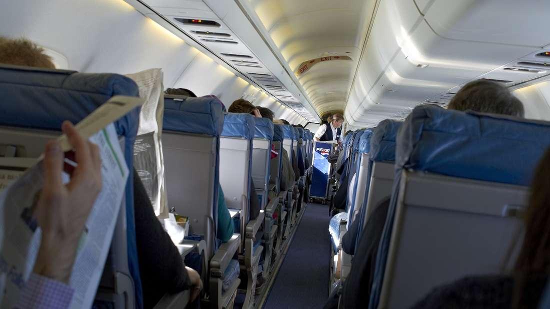 In einer Flugzeugkabine ging es rund– wegen eines unerwarteten Passagiers. (Symbolbild)