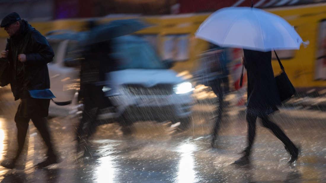 In der Nacht soll es wieder starke Unwetter geben. (Symbolfoto)