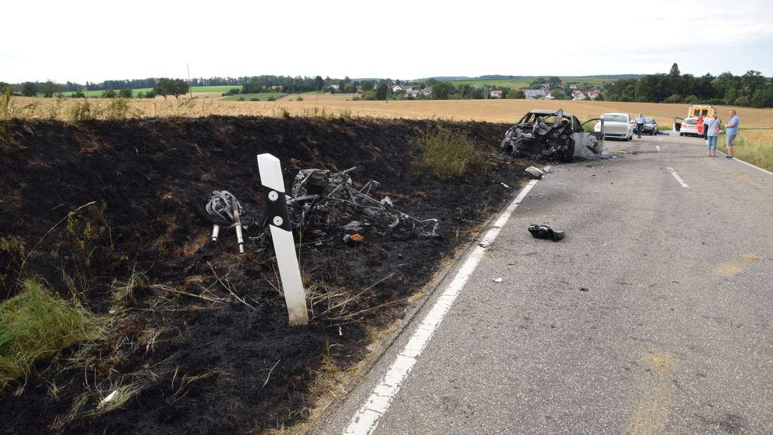 Bei einem Unfall stirbt ein Motorradfahrer. Sein Bike und sein Auto brennen komplett aus.