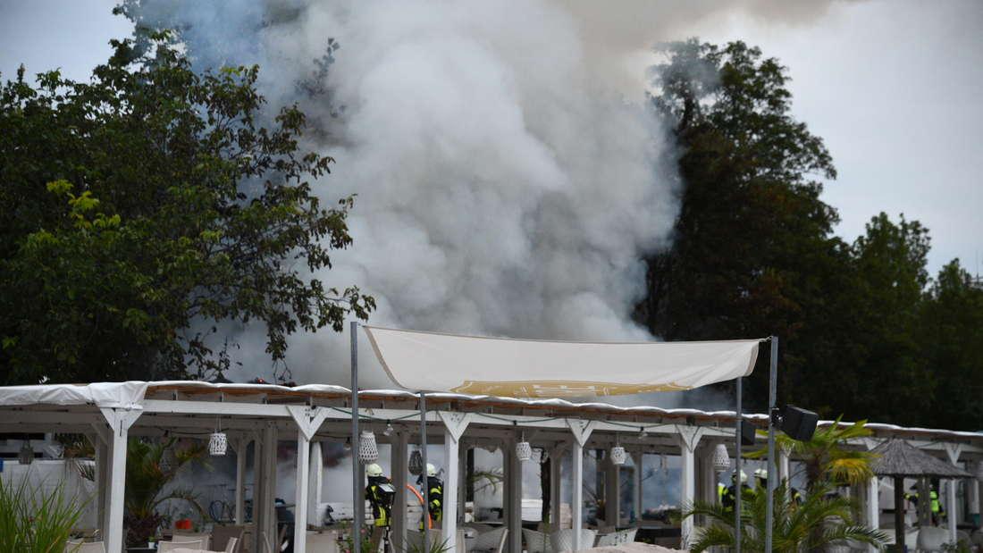 Eine Hütte der Strandbar in der Tiergartenstraße brennt