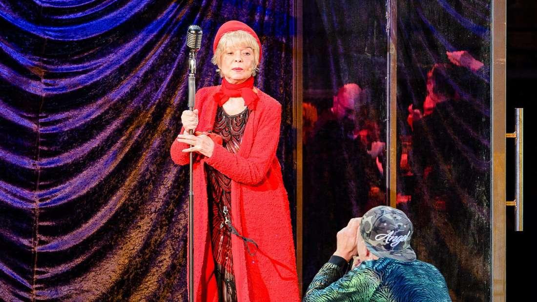 """As time goes by: Ingrid Steeger als """"Fraulein Montag""""(hier mit Thorsten Nindel als Titorelli) in """"Der Prozess""""."""