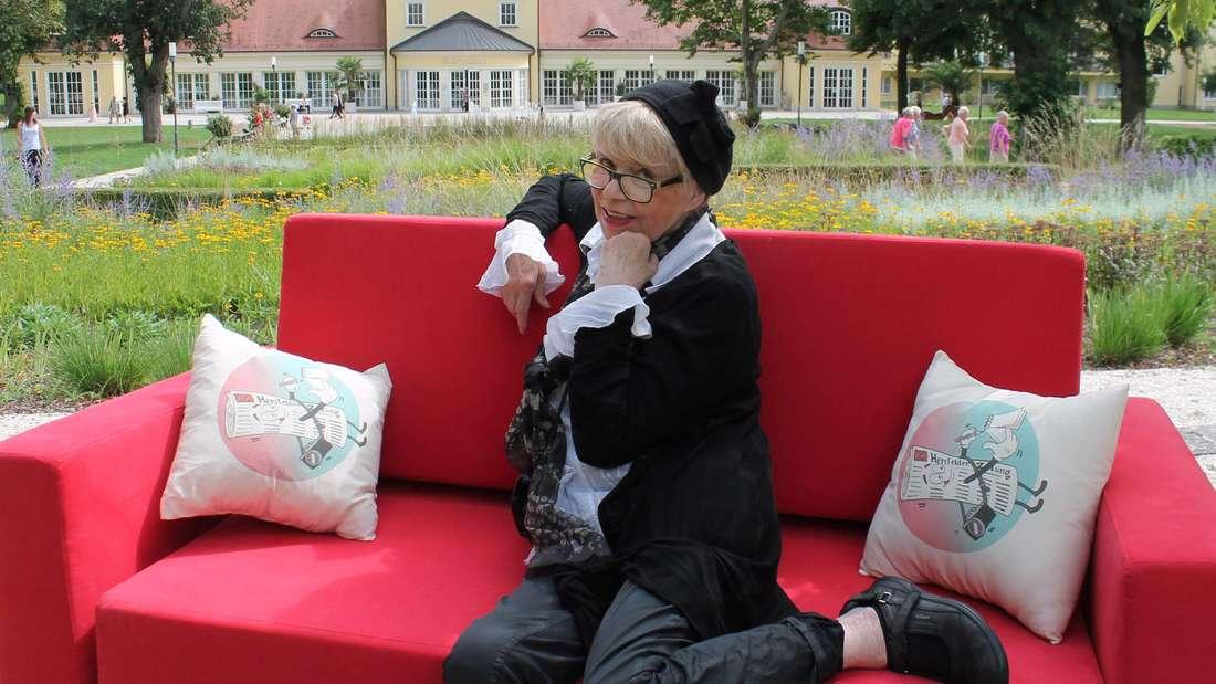 Kokett wie eh und je: Die Schauspielerin Ingrid Steeger auf dem roten Redaktionssofa. Bei den Bad Hersfelder Festspielen feiert der einstige Klimbim-Star ein Comeback.