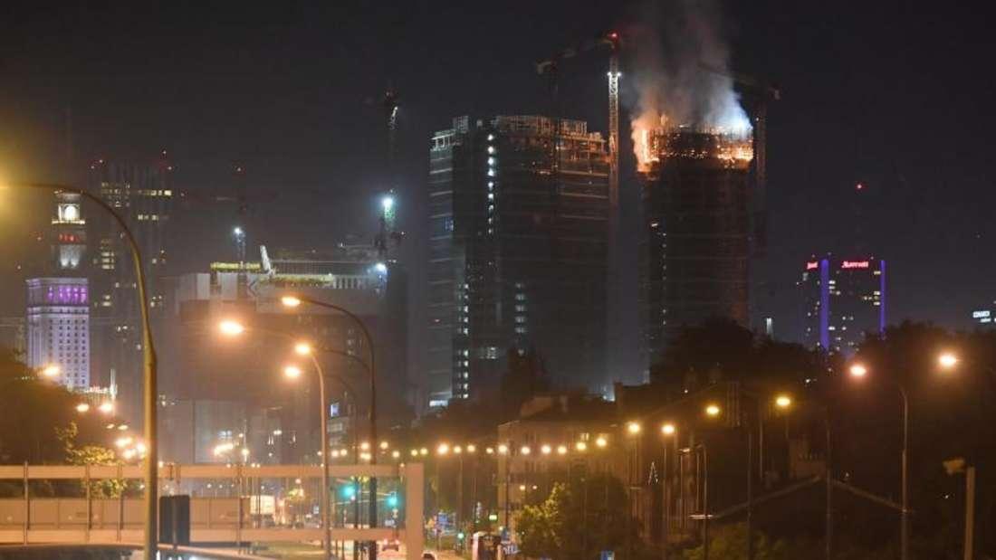 Ein Feuer auf einer Baustelle in Polen. Zwischen 2013 und 2018 hat die Allianz weltweit fast 14.000 Schadensfälle auf großen Baustellen von Ingenieur- und Bauprojekten ausgewertet. Foto: Radek Pietruszka/pap
