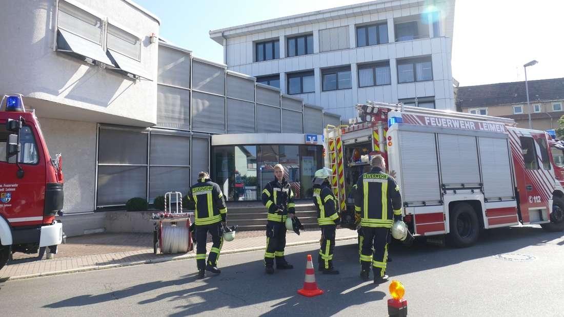 Großeinsatz in der Volksbank in Leimen. Wegen eines unbekannten üblen Gestanks und Atemwegsreizungen wurden die Rettungskräfte verständigt.
