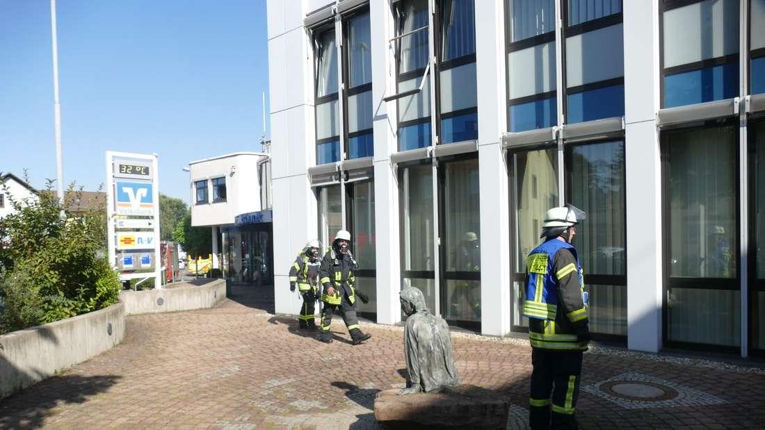 Mit Atemschutzmasken wagt sich die Feuerwehr in das evakuierte Gebäude.