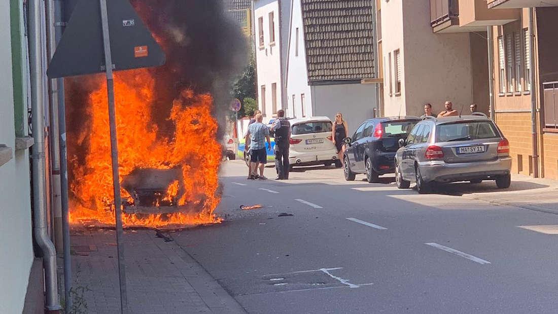 In der Vogesenstraße in Mannheim-Friedrichsfeld fängt ein Mercedes A-Klasse am Samstag (24. August) Feuer. Die Flammen des in Vollbrand stehenden Fahrzeugs greifen auf ein Haus über, das stark beschädigt wird. © MANNHEIM24/PR-Video/Priebe