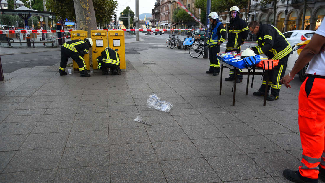 Polizei und Feuerwehr sperren den Bismarckplatz in Heidelberg komplett ab.