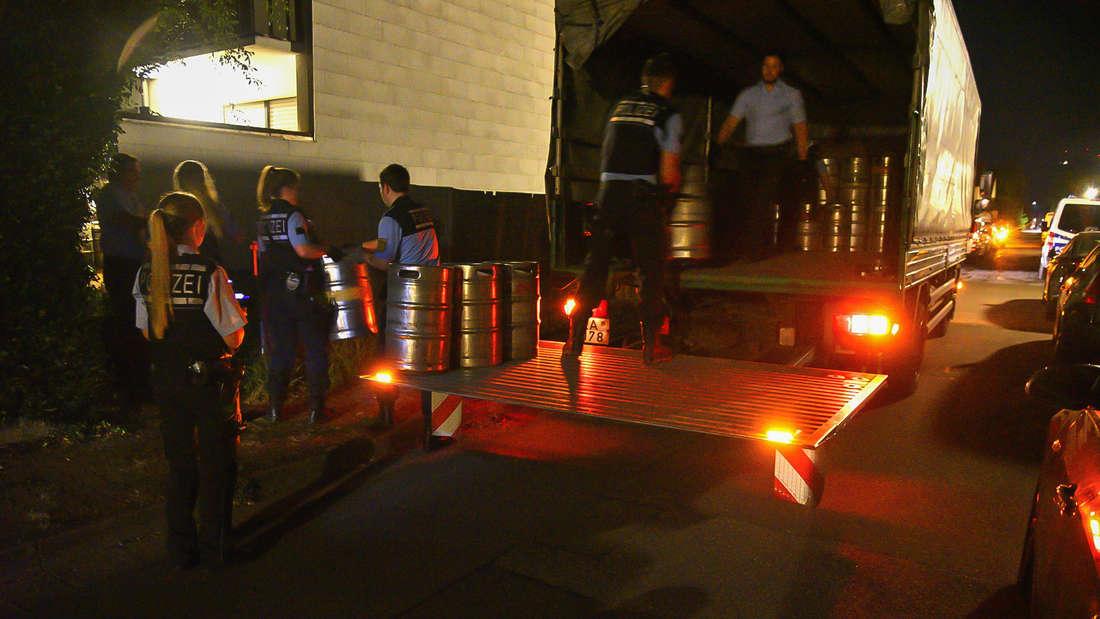 Abtransport der Bierfässer im Heidelberger Stadtteil Pfaffengrund. Die Polizei setzt dazu einen 12 Tonner Lkw ein.