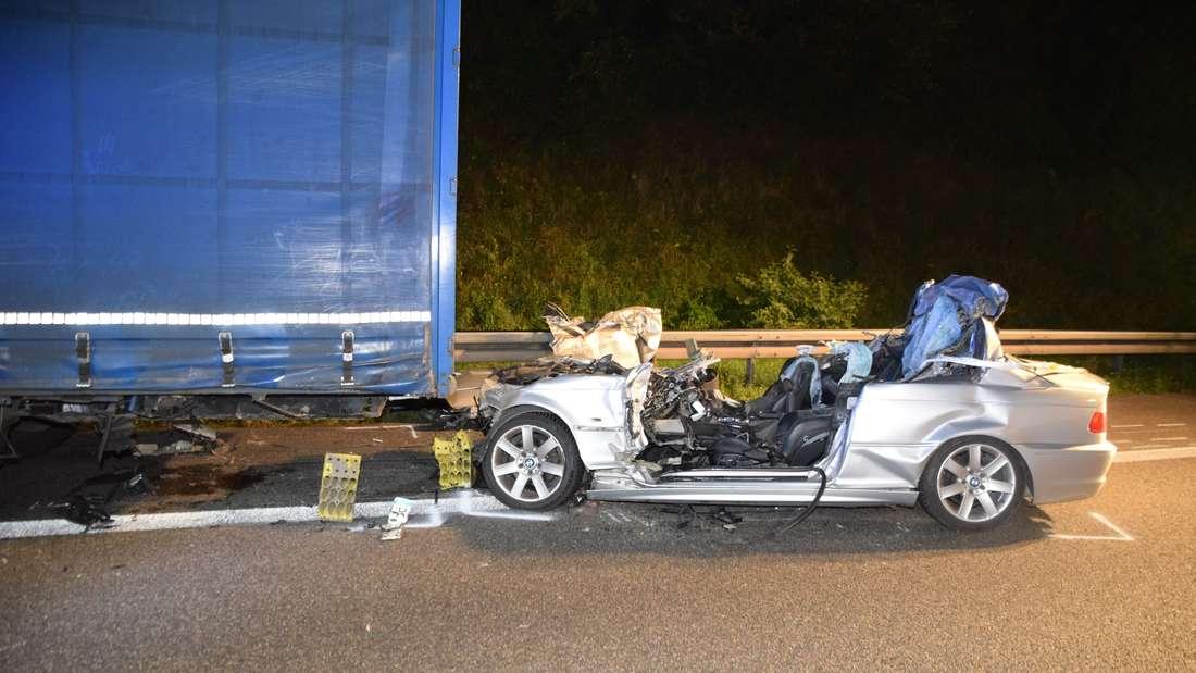 Horror-Unfall auf A6: BMW-Fahrer stirbt nach Crash mit Lkw.