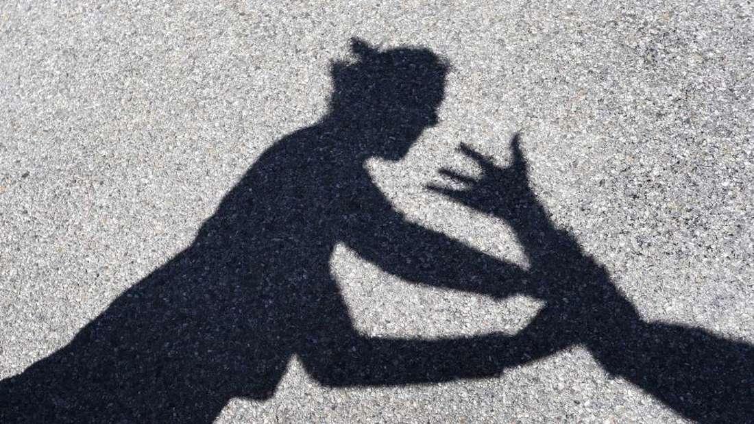 Zwei Männer schlagen eine Frau und zerren sie in ihr Auto. (Symbolfoto)