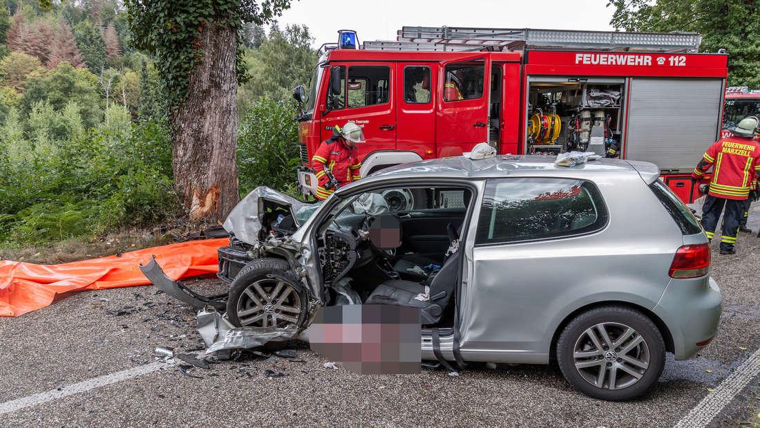 Am Donnerstag (5. September) kracht ein VW Golf auf der Burbacher Straße (K3554) in der Nähe von Marxzell bei Karlsruhe in einen Baum. Der Fahrer (76) wird bei dem Unfall lebensgefährlich verletzt. © MANNHEIM24/Einsatz-Report24/Aaron Klewer