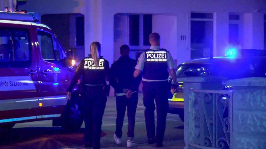 Die Polizei nimmt beide Insassen des Corsas mit auf die Wache.