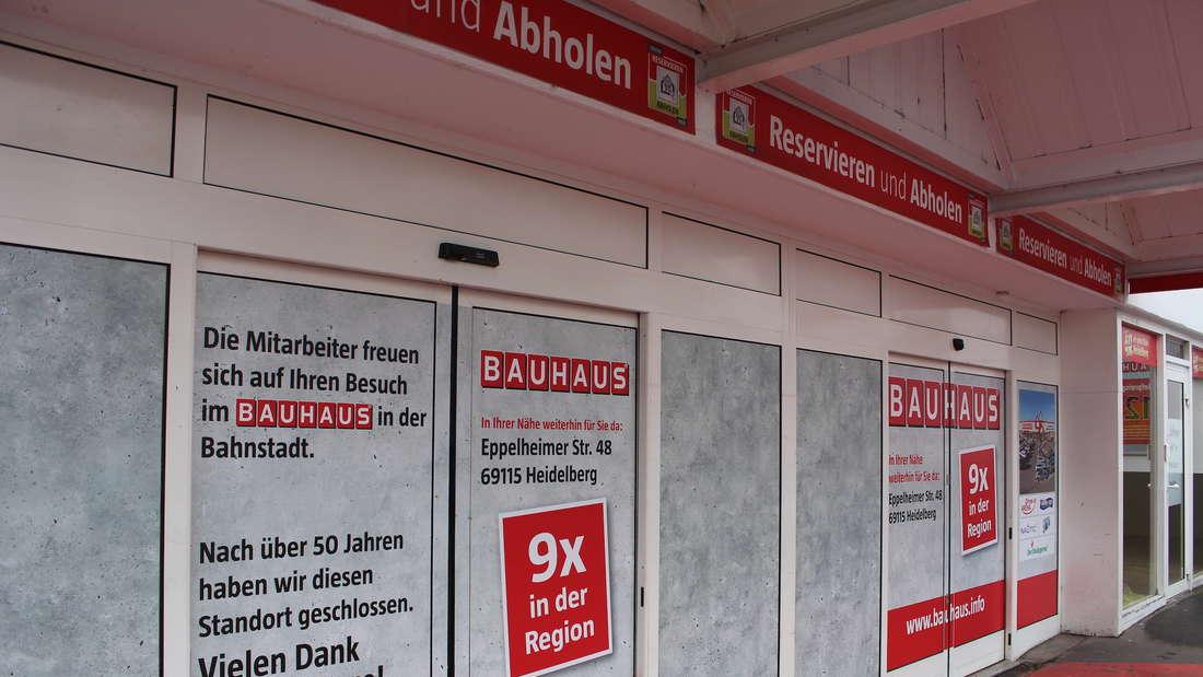 Obwohl auf der Tür steht, dass der Laden geschlossen ist, stehen viele Menschen irritiert davor.