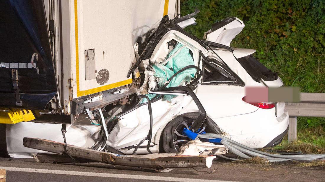 Ein Mercedes kracht gegen einen Lkw– der Fahrer stirbt.