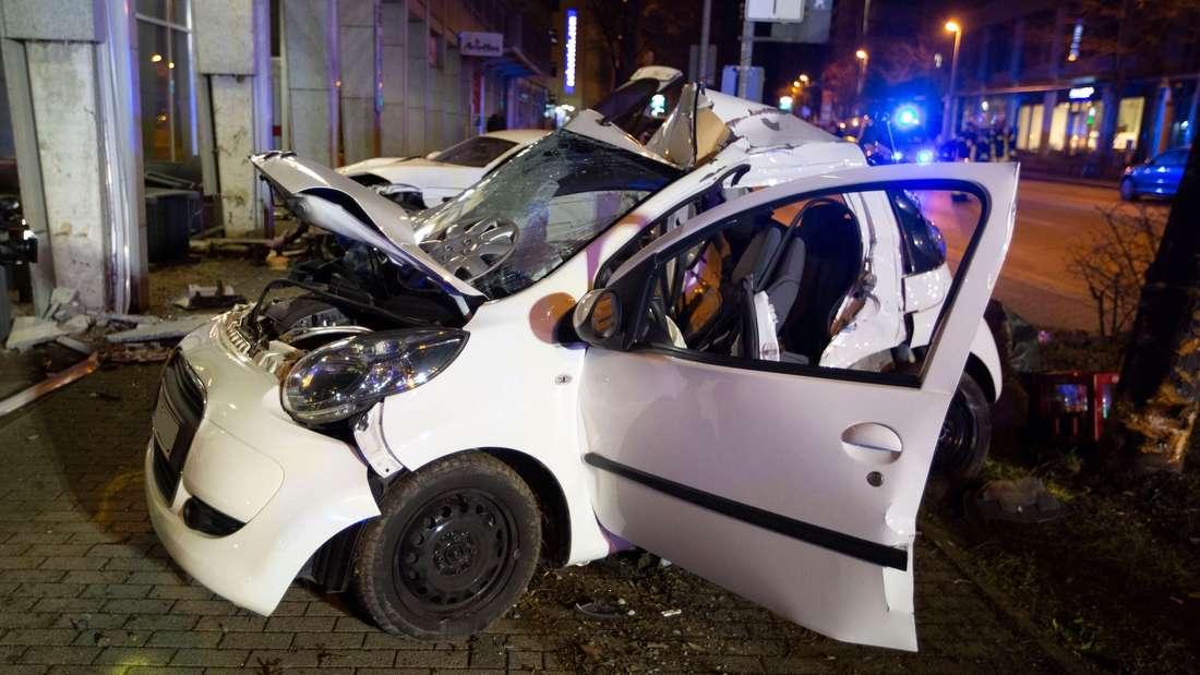 Gegen diesen Kleinwagen prallt der Jaguar-Fahrer und tötet die zwei Insassen.