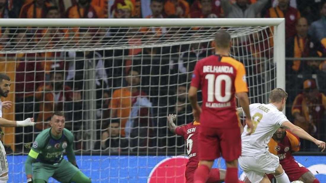 Toni Kroos (2.v.r.) traf bei Galatasaray Istanbul zum 1:0 für Real Madrid. Foto: Uncredited/AP/dpa