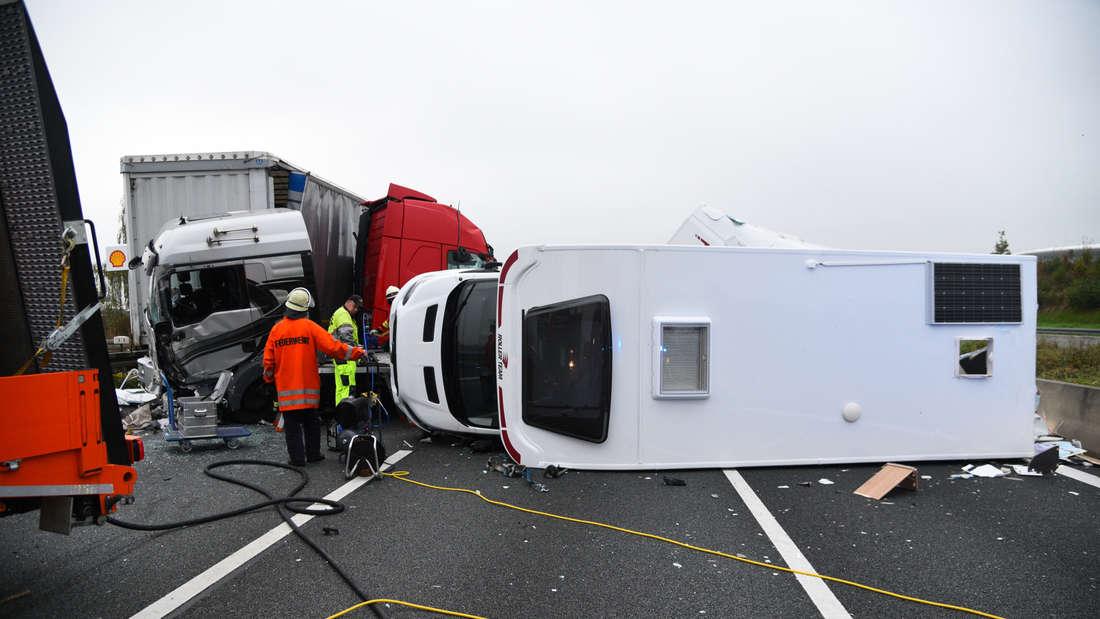 Trümmerfeld auf Autobahn: Schwerer Unfall auf A6 sorgt für stundenlange Sperrung.