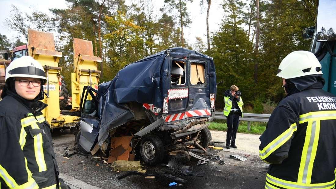 Transporter wird gegen Baustellenfahrzeug gequetscht