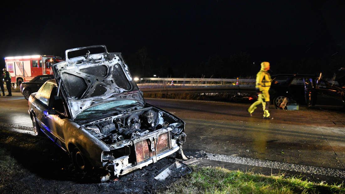 Der Audi wird durch das Feuer komplett zerstört.