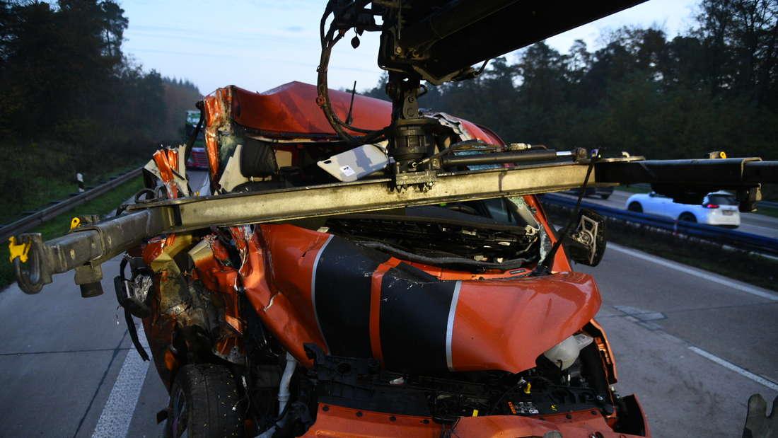 Das Auto wird massiv bei dem Unfall auf der A6 zerstört.
