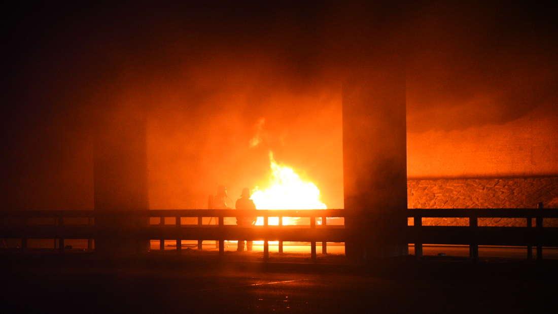 Ein Auto geht in Flammen auf.