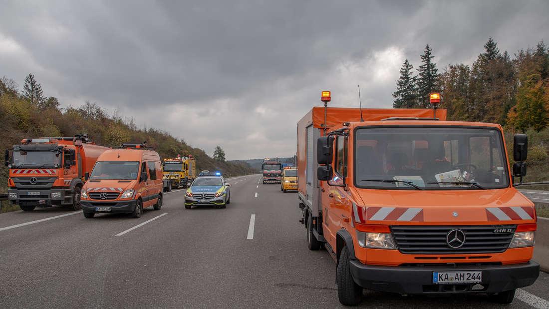 Ein Meer aus Glasscherben verteilt sich nach einem heftigen Lkw-Crash über die A8 Richtung Karlsruhe.