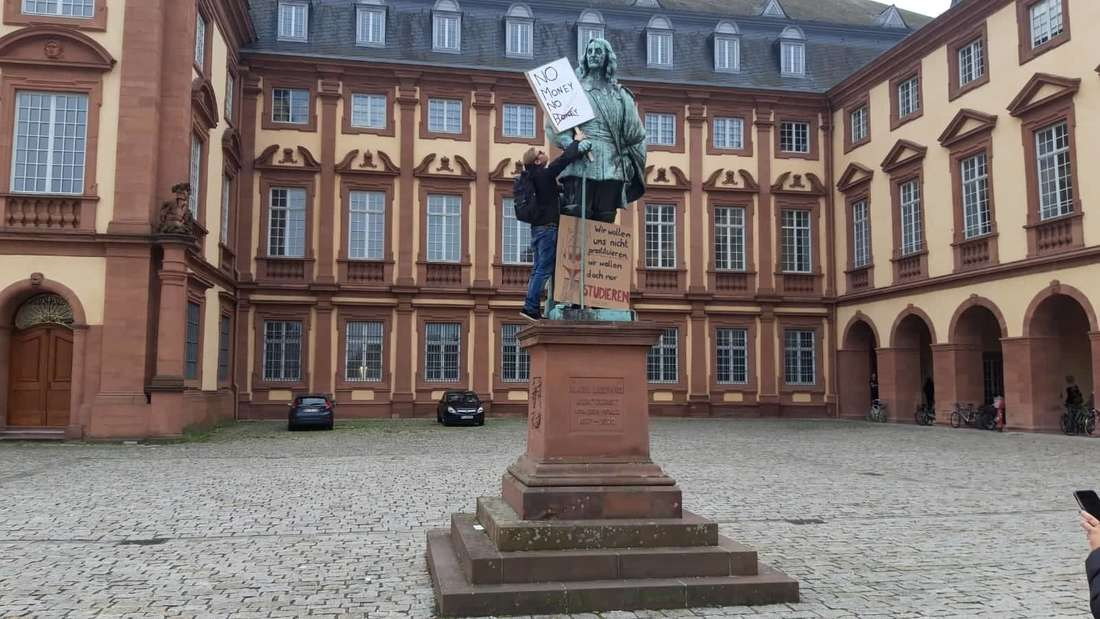 Vor dem Mannheimer Schloss demonstrieren sogar die Statuen mit.