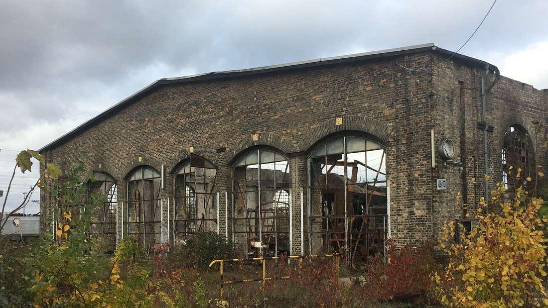 Der historische Lokschuppen in Worms, wenige Tage nach dem verheerenden Feuer