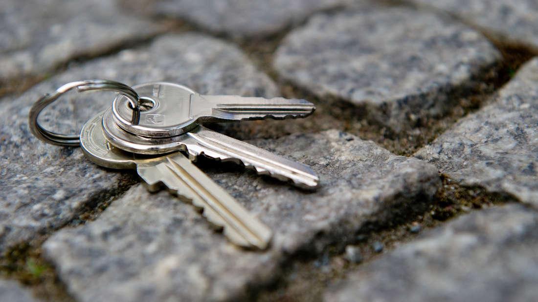 Weil ein Mann seinen Schlüssel vergessen hat, will er eine Scheibe einschlagen– mit seinem Kopf. (Symbolfoto)