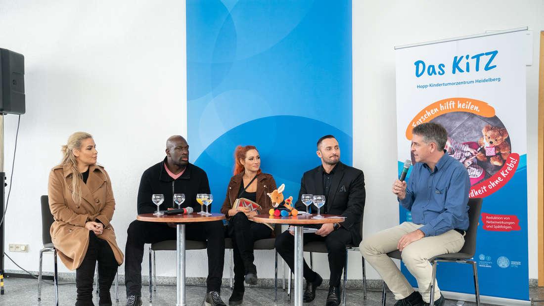 Ein paar der WWE-Stars besuchen das DKFZ, um sich über ein Programm für krebskranke Kinder zu informieren.