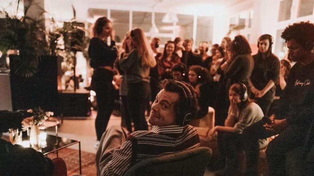 Harry Styles mit seinen Fans. Foto: Sony Music/dpa