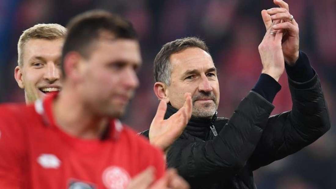 Unter Trainer Achim Beierlorzer (r) feierte der FSV Mainz 05 im zweiten Spiel den zweiten Sieg. Foto: Torsten Silz/dpa
