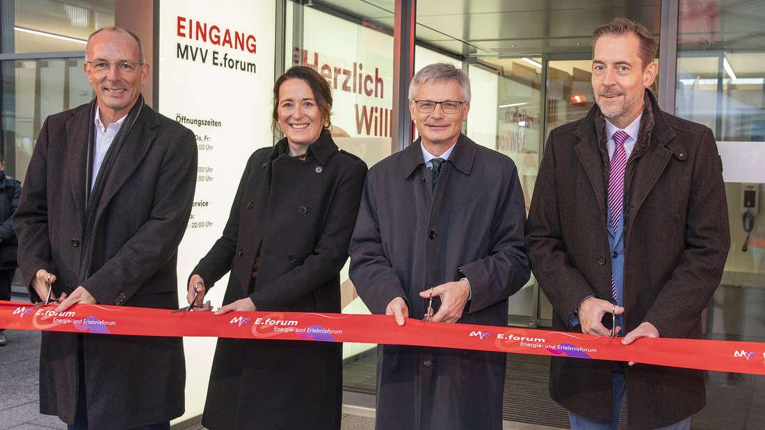 v.l.: Ralf Klöpfer (Vertrieb), Verena Amman (Personal), Dr. Georg Müller (Vorstandsvorsitzender), und Dr. Hansjörg Roll (Technik) eröffnen das neue E.forum.