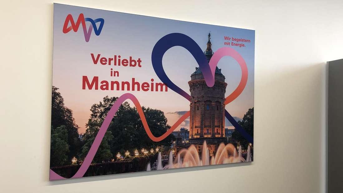 Zahlreiche Besucher feiern die Eröffnung des E-forums im MVV-Hochhaus.