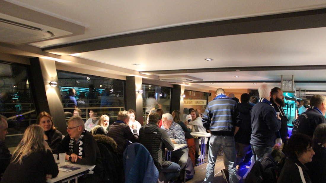 Schifffahrt: HSV- und SVS-Fans feiern gemeinsam.