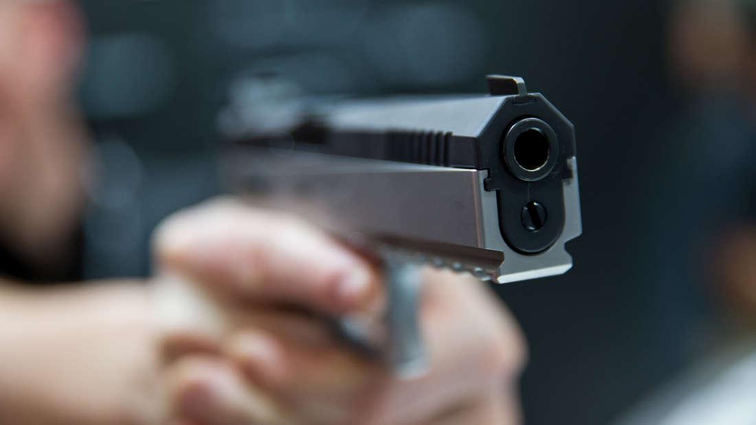 Mit einer Pistole bewaffnet überfällt ein Räuber einen Supermarkt. (Symbolfoto)