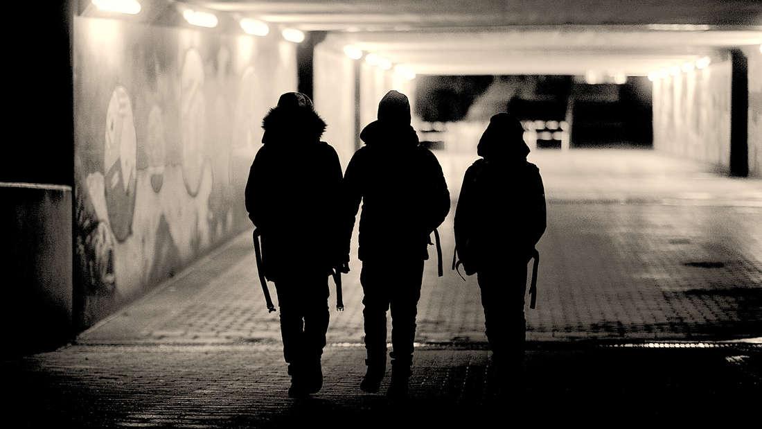 Drei Schüler rauben in Ludwigshafen einen Elfjährigen in einer Unterführung aus (Symbolbild).