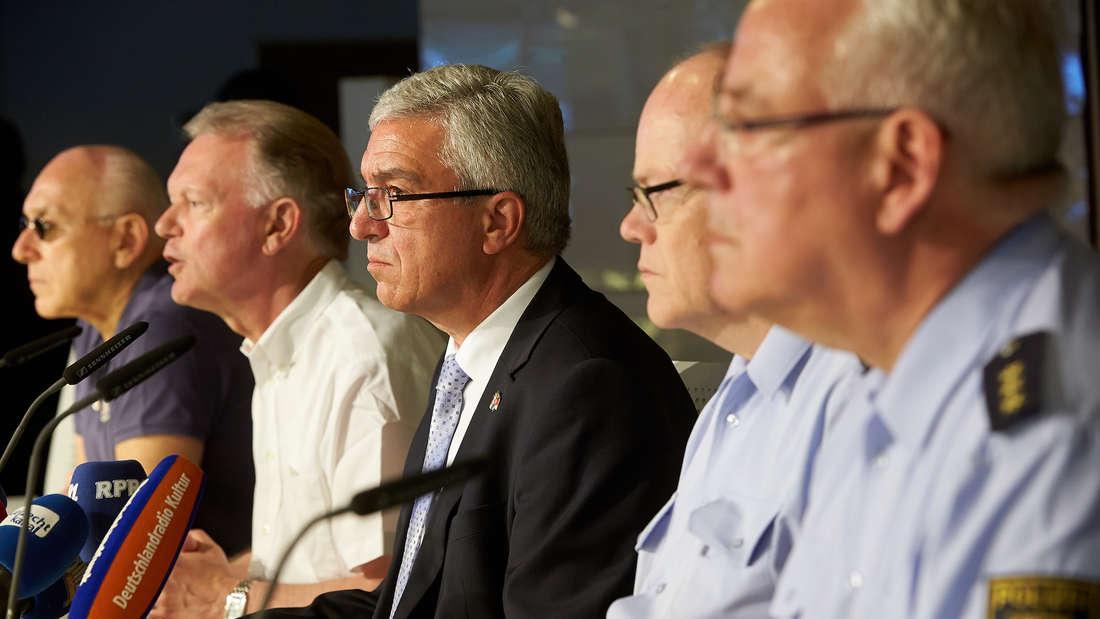 Innenminister Roger Lewentz (m.) hat auf der Pressekonferenz in Mainz die neue Strategie gegen Intensivtäter bekanntgegeben (Archivbild).