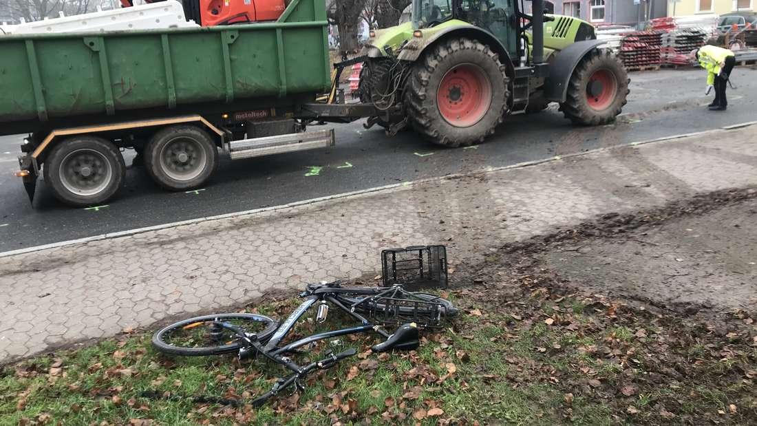 Unfall in der Kurfürstenanlage in Heidelberg. Radfahrer gerät am 19. Dezember unter Anhänger. © HEIDELBERG24/Robin Eichelsheimer