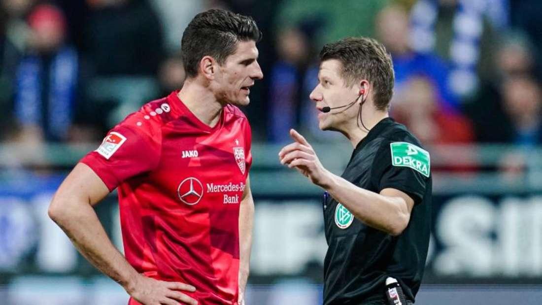 Schiedsrichter Patrick Ittrich erklärte dem Stuttgarter Mario Gomez die Abseitsentscheidung. Foto: Uwe Anspach/dpa