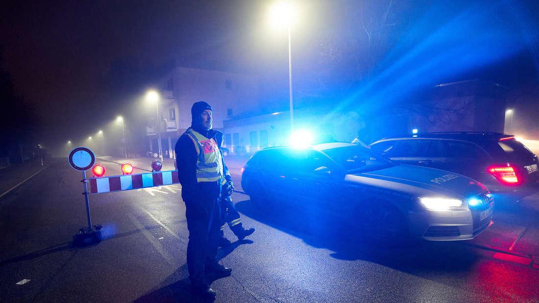 19.12.2019, Rheinland-Pfalz, Germersheim: Polizeibeamte sperren Zugangsstraßen. Bei Bauarbeiten war eine Phosphorbombe gefunden worden, die vor Ort gesprengt werden muss. Foto: Thomas Frey/dpa +++ dpa-Bildfunk +++ | Verwendung weltweit