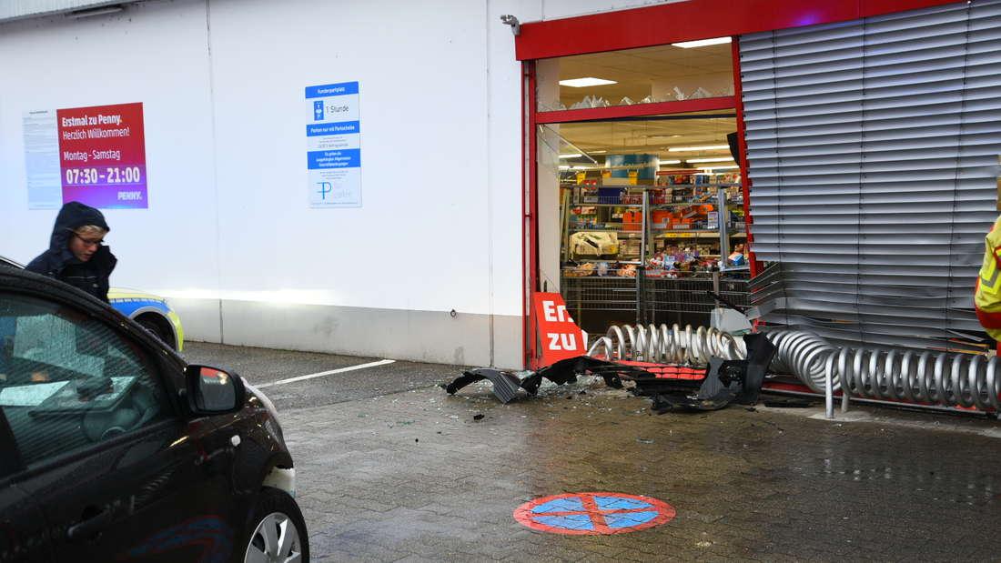 Am Freitag (20. Dezember) kracht eine Frau mit einem Nissan in die Scheibe eines Penny-Markts in der Massengasse. Hinter der Scheibe befindet sich der Kassenbereich. Bei dem Unfall werden drei Personen teils schwer verletzt. Die Ursache ist zunächst unklar. © HEIDELBERG24/PR-Video/Priebe