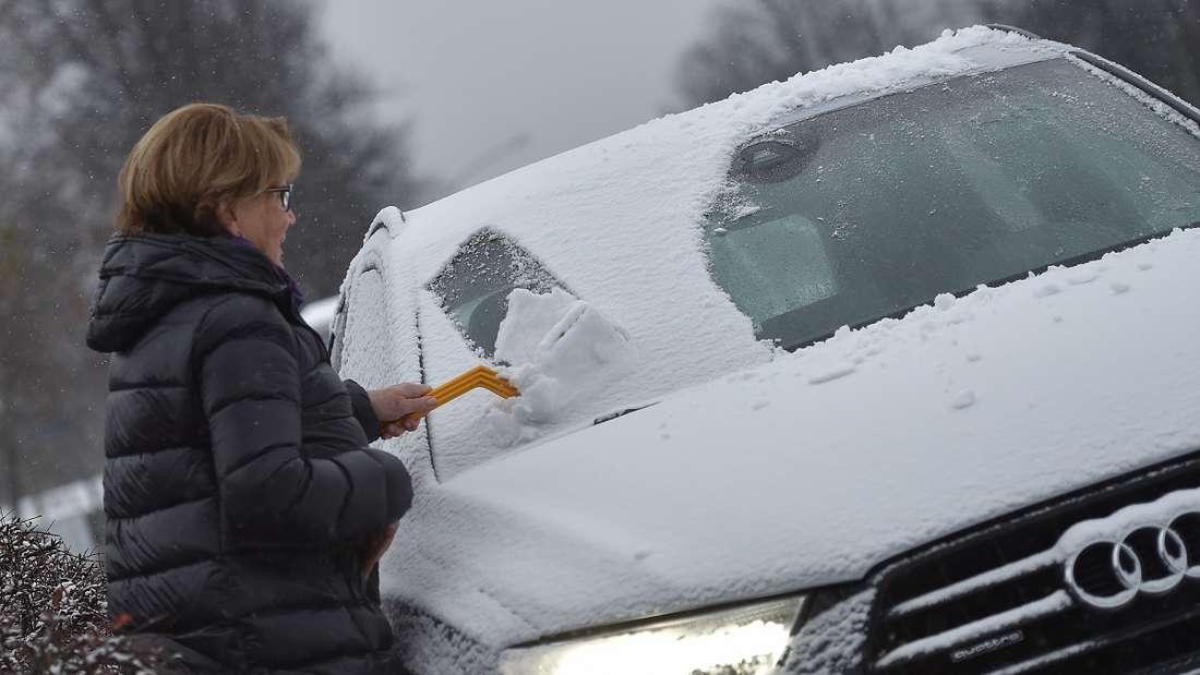 Bei klirrender Kälte braucht es eine Winterjacke - aber nicht im Auto. (Symbolbild)