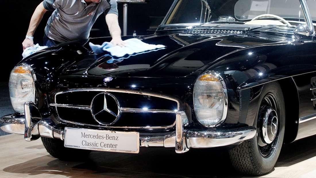 Ein Mercedes 300 SL wurde in den USA nach gut 50 Jahren aus der Garage befreit. Anders als auf dem Foto hat dieser die Farbe Hellblau.