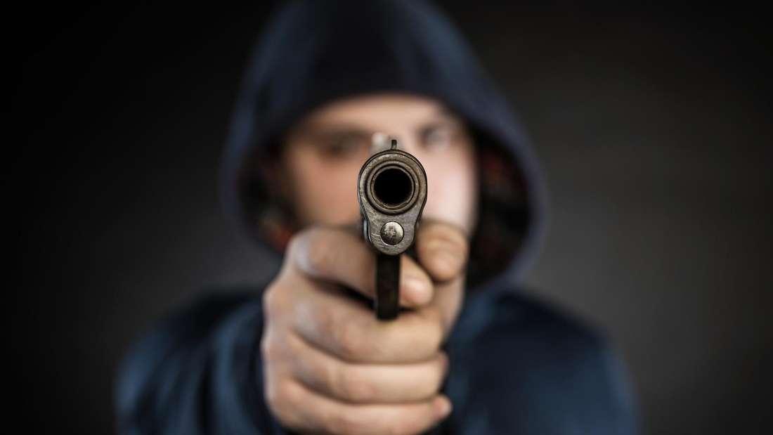 Ehepaar in Östringen von Unbekanntem mit Waffe überfallen.