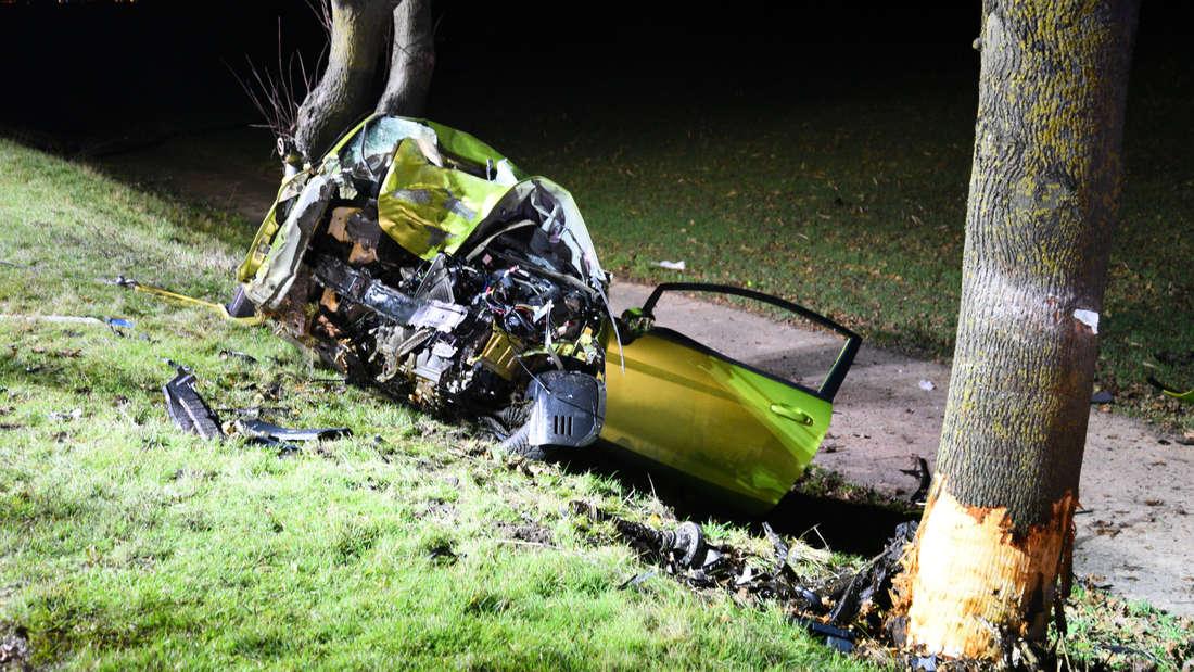 Bei einem Unfall auf der L536 kracht ein Auto ungebremst gegen einen Baum.