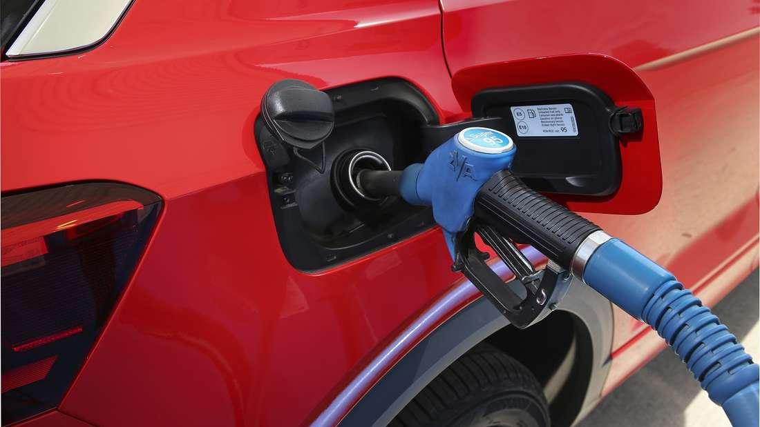 Momentan gleichen sich an den Tankstellen die Preise von E10 und Super immer mehr an.